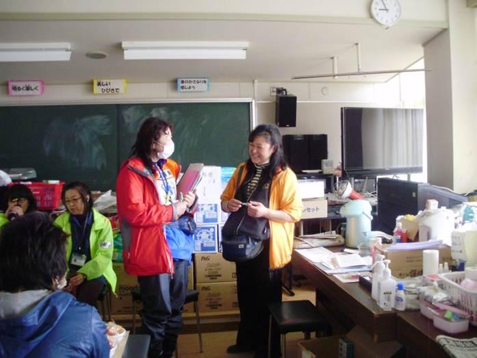東日本大震災後の2011年3月20日の仙台市内の避難所に行った時に自身も被災し避難しながら看護していたナースにお話を聴いているところです。